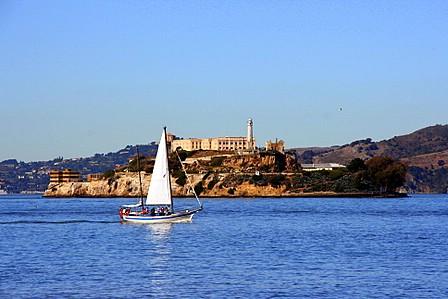 Seglbåt framom Alcatraz