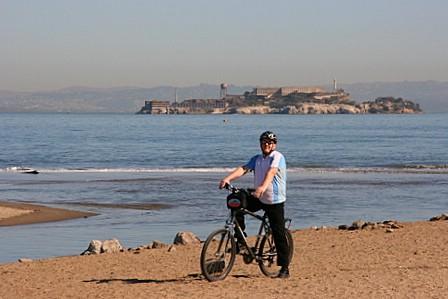 Idar på sykkel framfor Alcatraz
